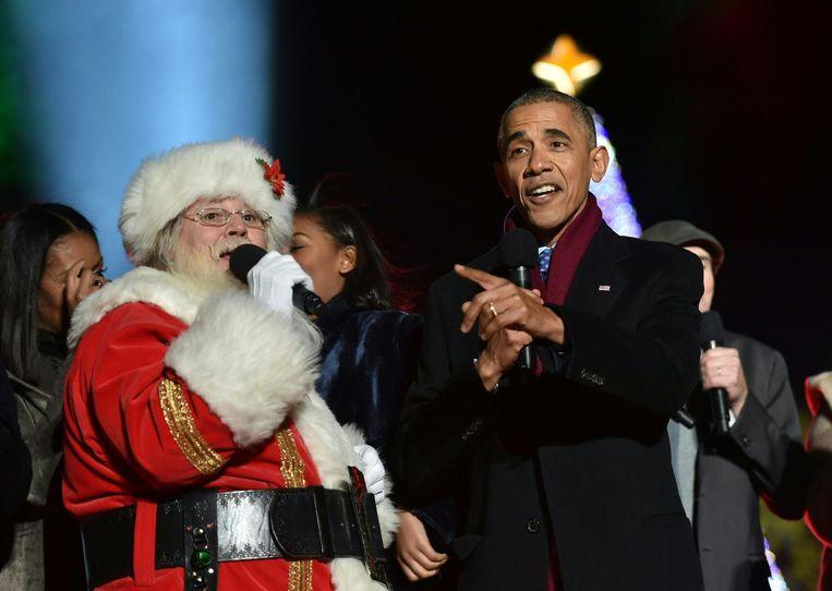 President Obama zingt Jingle Bells op de Mall in Washington bij het aanmaken van de verlichting van de kerstboom. Beeld AFP