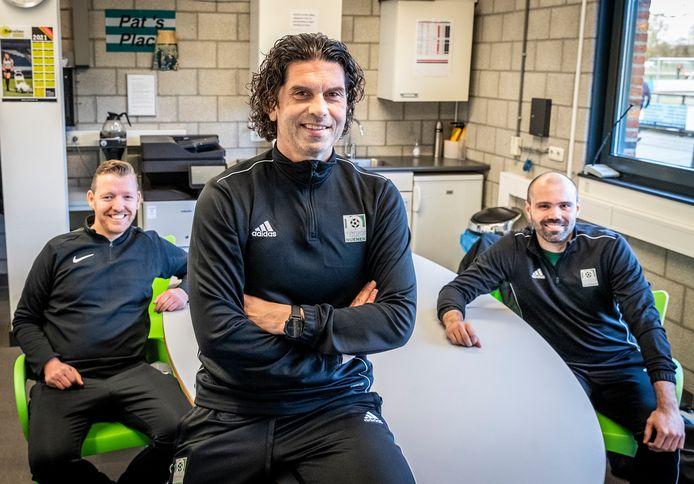 Trainer Maurice Verberne met zijn assistenten Martin Nieuwlaat (links) en Danilo Verus (rechts) in het koffiehok van RKSV Nuenen.