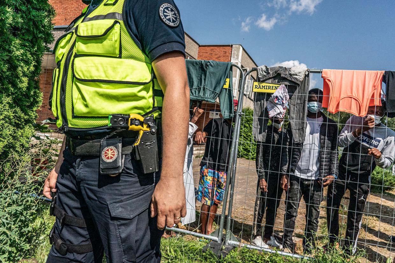 Ongeveer 150 migranten worden vastgehouden in een voormalige school in het kleine dorpje Verebiejaj. Beeld Joris van Gennip