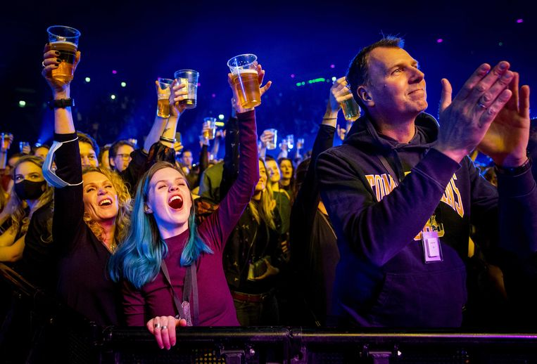 2021-03-07 17:59:44 AMSTERDAM - Bezoekers in de Ziggo Dome tijdens een optreden van Andre Hazes. Het event valt onder een reeks van proefevenementen waarbij Fieldlab onderzoekt hoe grote evenementen veilig kunnen plaatsvinden in coronatijd. ANP KIPPA KOEN VAN WEEL Beeld ANP