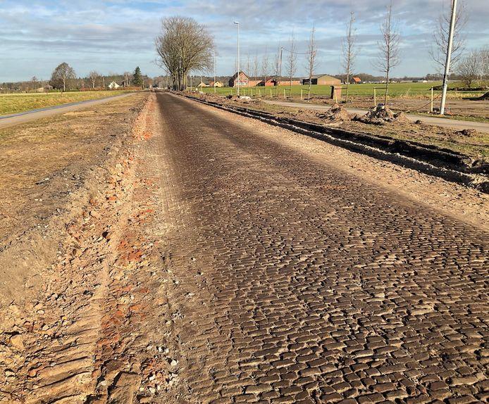 De oude klinkerweg die vorige week onder het asfalt van de N638 tevoorschijn kwam. In april 1877  maakte Vincent van Gogh er, een inmiddels befaamde, nachtelijke wandeling over