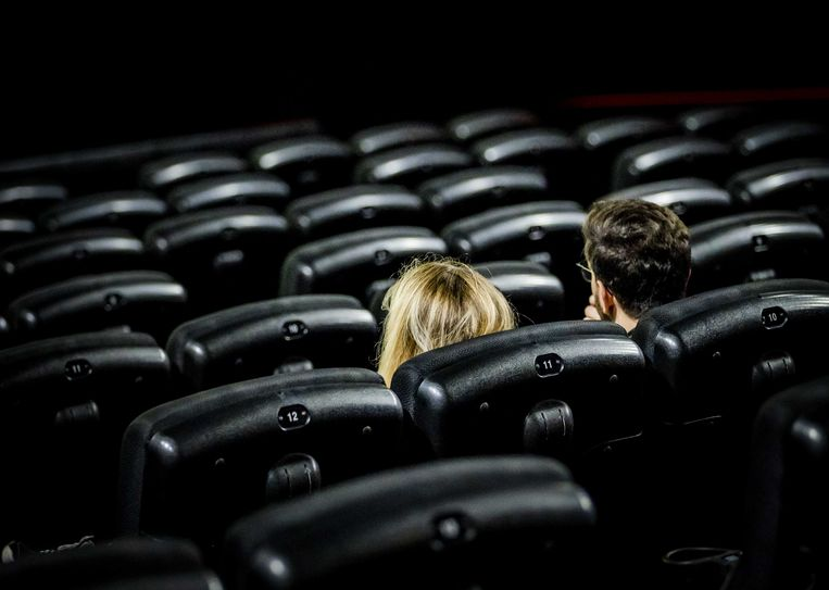 Bezoekers in bioscoop Pathé De Munt na de laatste versoepelingen. Beeld ANP