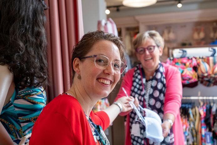 Bernice den Boon (l) van lingeriezaak BerNice houdt samen met haar moeder Mannie Veldkamp de moed erin en adviseren klanten persoonlijk op afstand.