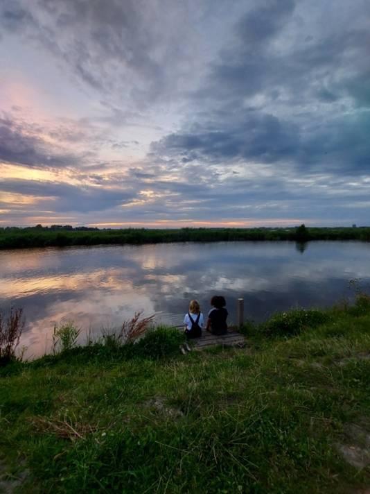 Saampjes kijken naar de zonsondergang bij een bewolkte lucht in ons mooie Nederland. Kropswolde in Groningen om precies te zijn.