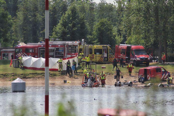 De hulpdiensten aan de Strandweg in Zoelen
