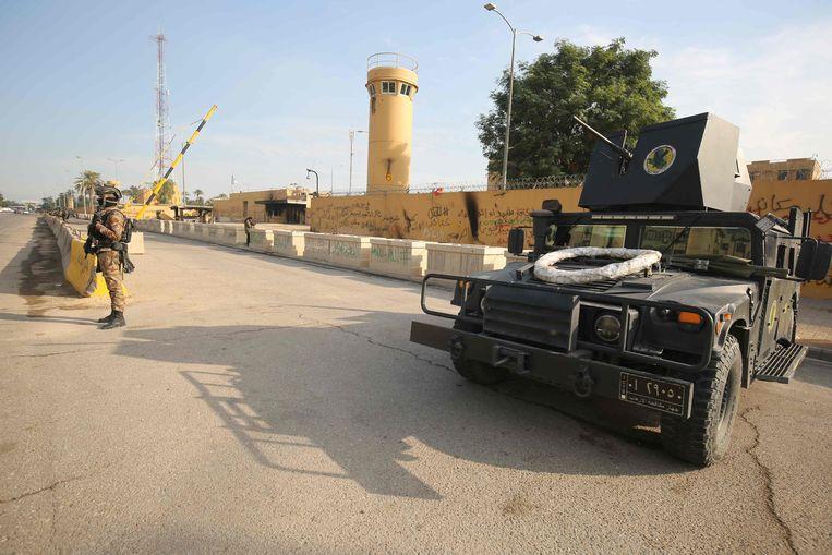 Irakese soldaten bewaken de Amerikaanse ambassade in Bagdad. Beeld AFP