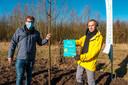 Schepen van Milieu René Lauwers (rechts) bij de nieuwe boom in De Reukens.
