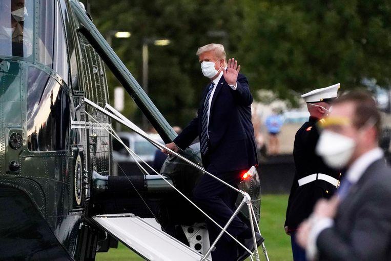 Trump gaat aan boord van de presidentiële helikopter Marine One die hem naar het Witte Huis zal terugbrengen. Beeld AP