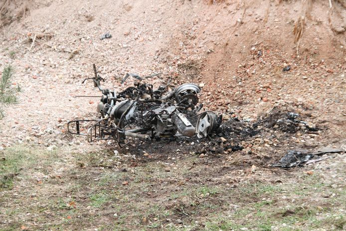 Een motor is in Holten volledig verwoest door brand.