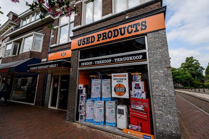Het Almelose pandjeshuis Used Products van Eric Bosman gaat verhuizen. Het bedrijf zit nu nog tot 1 augustus aan de Grotestraat 1.