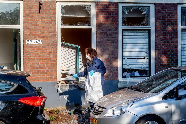 Onderzoek bij een woning in de Jagthuisstraat in Rotterdam-West. In de nacht van zondag op maandag ging daar een explosief af. Beeld ANP