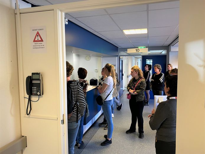 Medewerkers krijgen een toelichting over het werk op de corona-unit in de hoogbouw van Liduina in Boxtel. De afdeling gaat vandaag open voor patiënten.