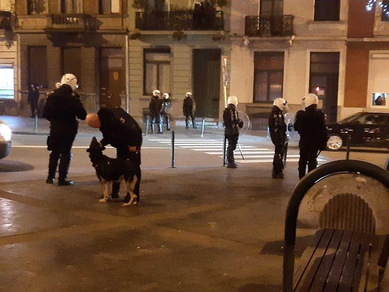 Op het plein aan metrostation Zwarte Vijvers zijn extra agenten ingeschakeld om plunderingen te voorkomen. Beeld Marc Baert
