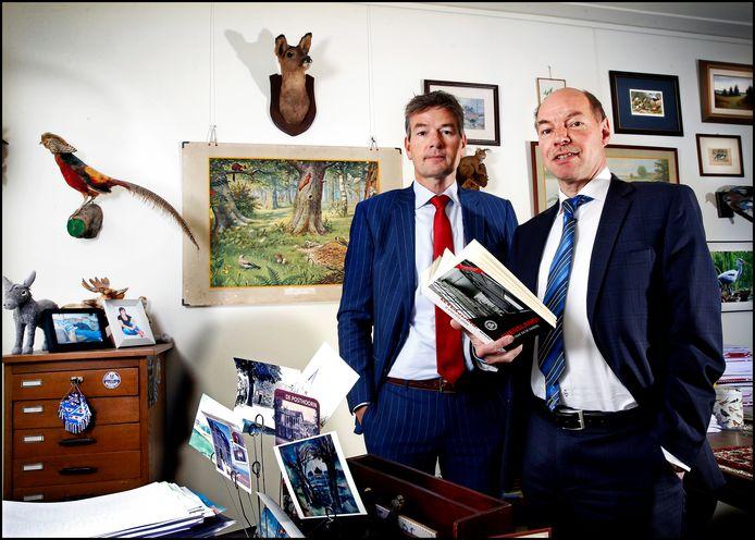 Tjalling van der Goot (l) met kantoorgenoot Wim Anker in hun kantoor in Leeuwarden.