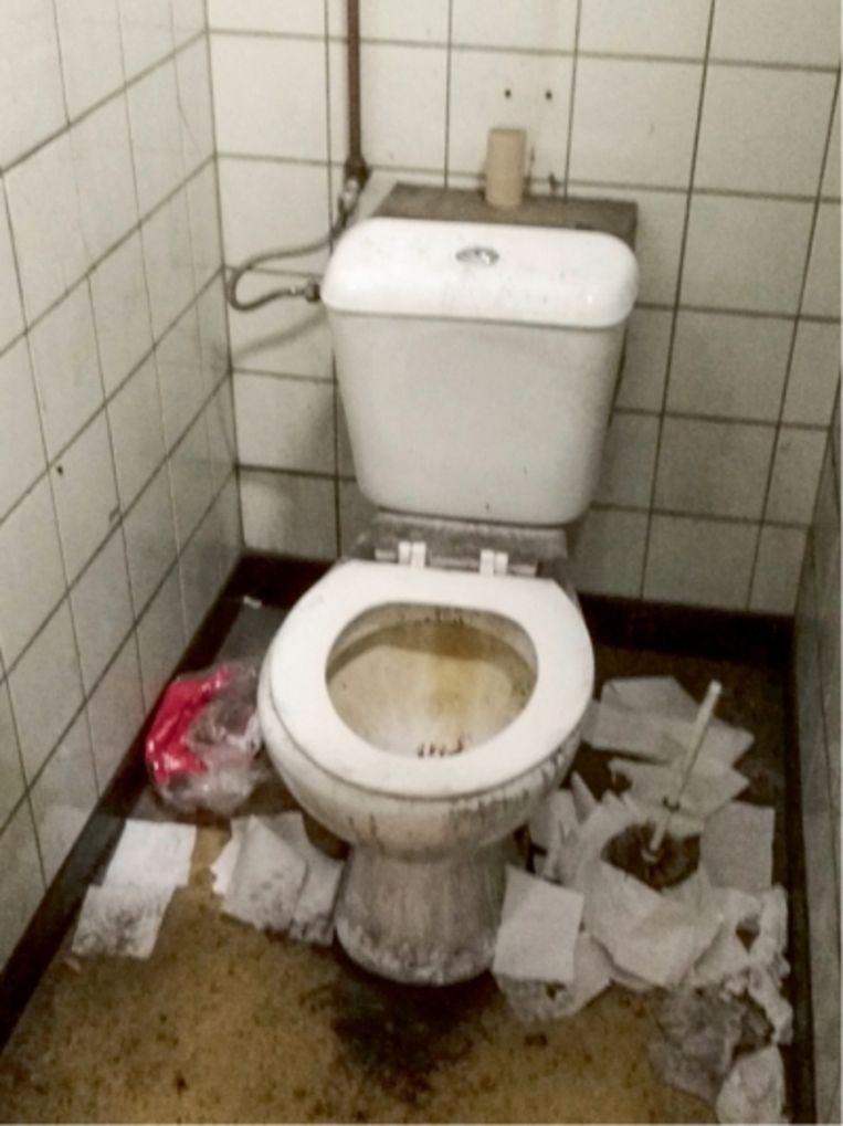 'Sanitair dat zo smerig is dat je met je voeten aan de grond blijft kleven: het deed denken aan het toilet uit de film 'Trainspotting'.'  Beeld