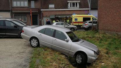 Verkeerde pedaal ingedrukt: wagen in gracht