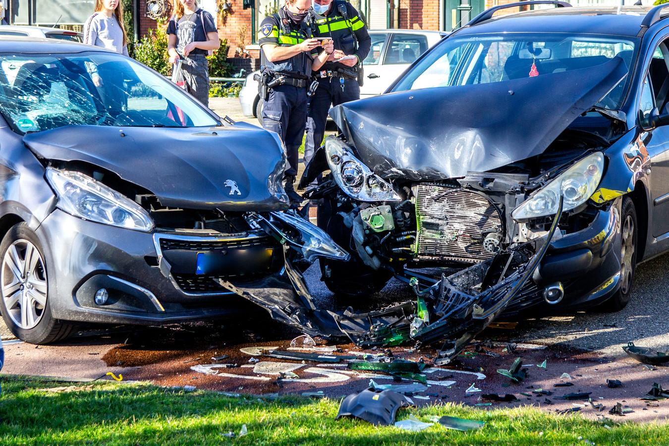 Een flinke ravage op de Frans Lebretlaan in Dordrecht na een ongeluk, waarbij twee auto's betrokken raakten.