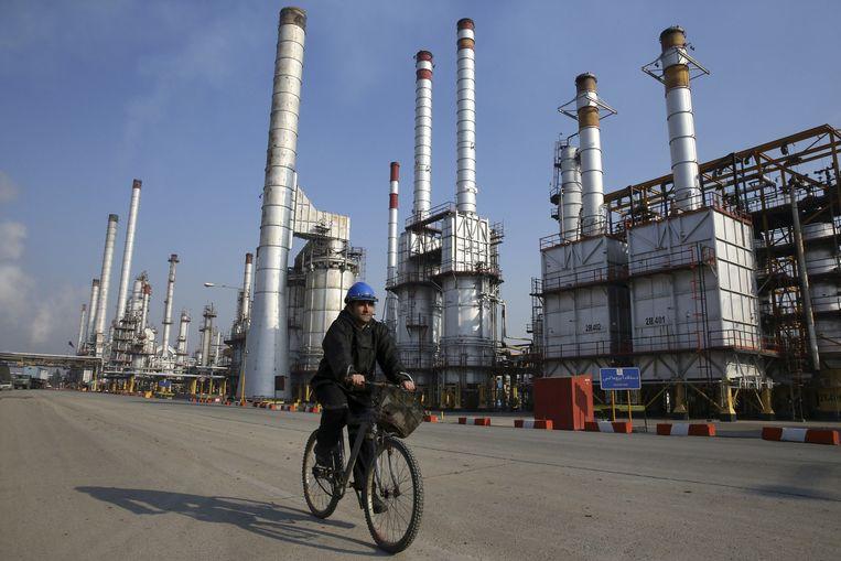 Een olieraffinaderij ten zuiden van de Iraanse hoofdstad Teheran. Beeld ap