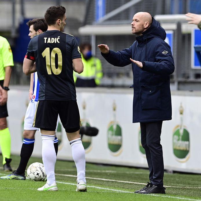 Erik ten Hag geeft instructies aan Dusan Tadic.