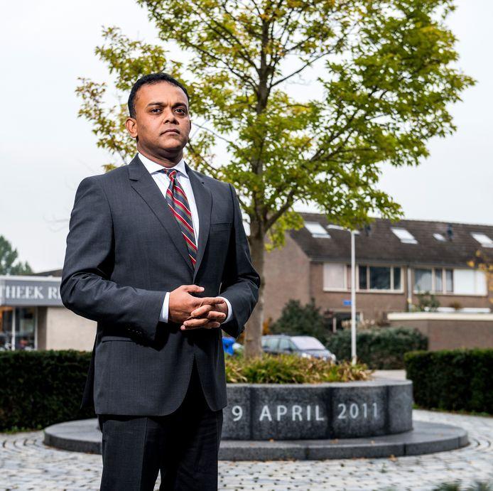Orlando Kadir, letselschadejurist, bij het monument voor de slachtoffers van het Alphense schietdrama in 2011.
