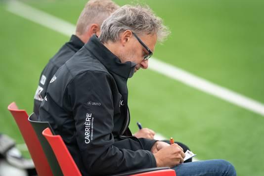 Trainer Ronals Grotenbreg van SC Bemmel maakt aantekeningen tijdens een wedstrijd.