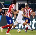 De naar Spanje vertrokken Kieran Trippier (rechts) komt Eden Hazard nu in Madrid weer tegen. Hij speelt bij Atlético, de Belg bij Real.