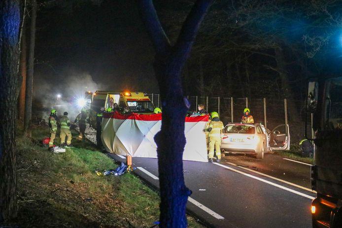 De locatie van de crash werd afgeschermd op de Arnhemseweg in Otterlo.