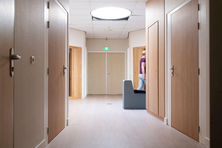 Overzichtsruimte tussen time-out-kamers en extra beveiligde kamers in een jeugdzorginstelling. Beeld ANP / Hollandse Hoogte / Roos Koole Fotografie