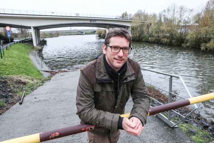 Alain Dillen van Agentschap Natuur en Bos is niet gelukkig met de waterkwaliteit in de beken in Ronse centrum.
