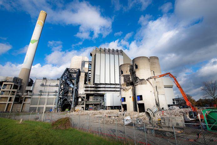 De silo's naast de oude energiecentrale worden gesloopt.