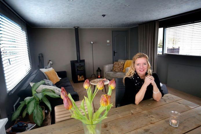 Martine Lanser in haar woonark. ,, Ik vind het mooi om op een woonark te wonen, omdat ik houd van dingen die net even anders zijn.''