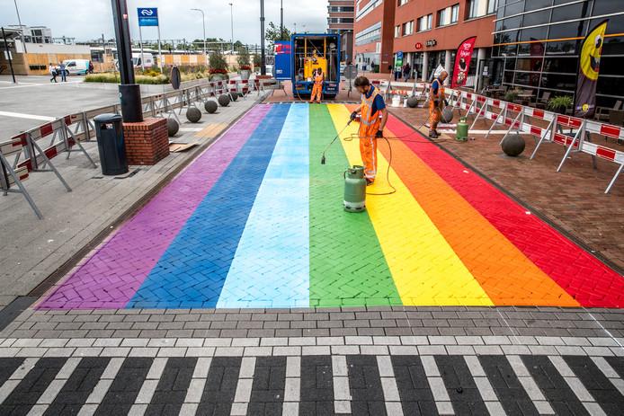 Zwolle kreeg in 2016 een 'gaybrapad' :  een oversteek in de kleuren van de regenboog om om te benadrukken dat de stad elke seksuele geaardheid accepteert.