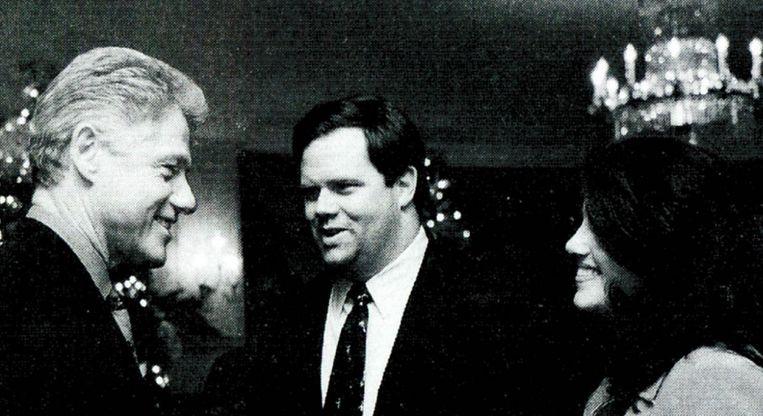 Toenmalig Amerikaans president Bill Clinton in 1996 met Monica Lewinsky. Zijn affaire met de stagiaire speelt vandaag nog een rol in de presidentscampagne van zijn vrouw Hillary. Beeld getty