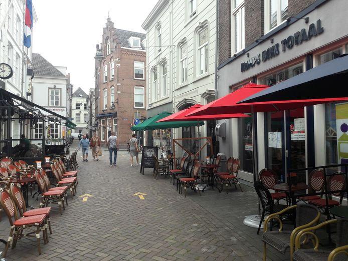 De Korenbrugstraat waar ondernemer Stephanie Schulte een foodmarkt wil beginnen in het pand waar fietswinkel Kemps (rechts op de foto) was gevestigd.