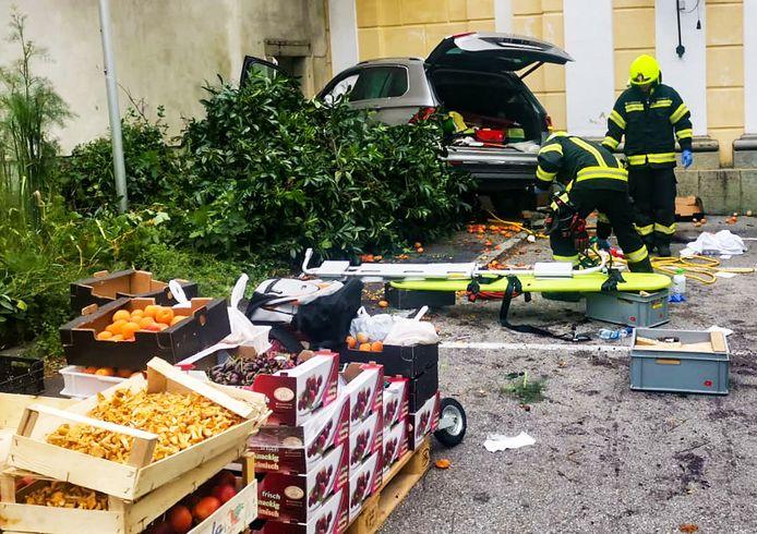 Brandweerlieden naast de auto in Sankt Florian.