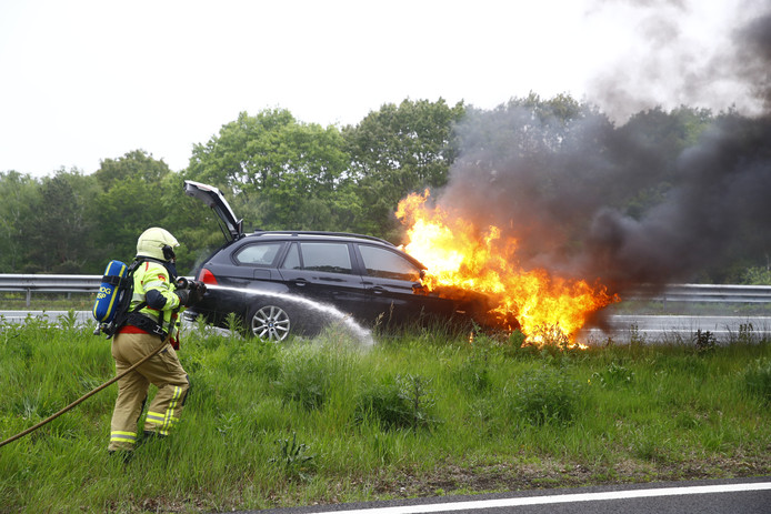 De brandweer uit Nunspeet probeerde maandagavond op de A28 ter hoogte van 't Harde te redden wat er te redden viel van de brandende auto.