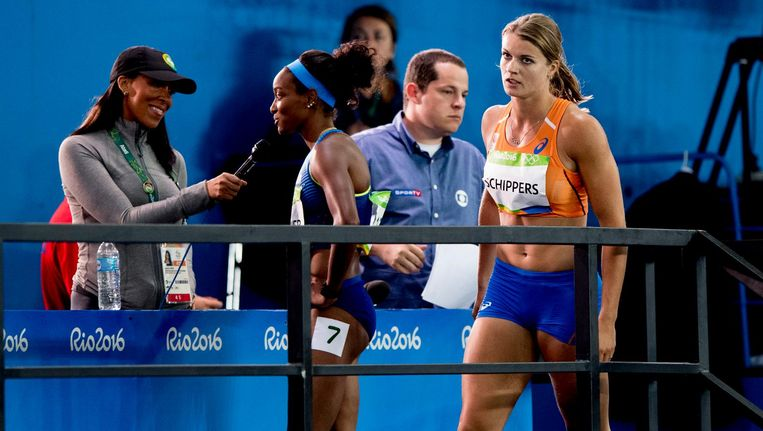 Schippers loopt langs de media na de finale van de 100 meter. Beeld anp