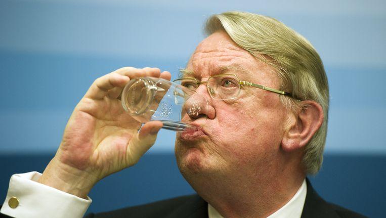 Minister Hillen neemt een slokje water. Beeld ANP