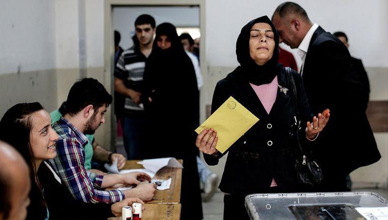 Een kiesbureau in Turkije. De partij van Erdogan verliest 10 procent in vergelijking met de presidentsverkiezingen. Beeld AFP