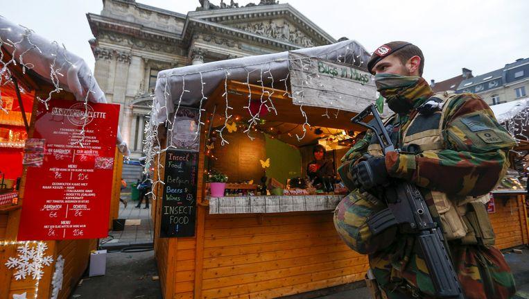 Soldaten patrouilleren op de Brusselse kerstmarkt. Beeld REUTERS