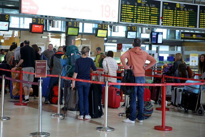 Een groep toeristen is aan het wachten op het vliegveld in Tenerife. De personen op deze foto zijn niet de Nederlandse toeristen die in het bericht worden genoemd.