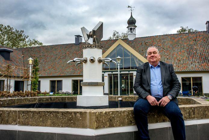Manager van De Voorste Venne Ferry Boerboom bij de fontein in de binnentuin.