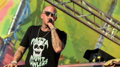 """Nederlandse rapper Jebroer stapt tijdens tweede nummer van het podium en steekt het op geluidsman: """"Het geluid is te slecht, zo kan ik niet verder!"""""""
