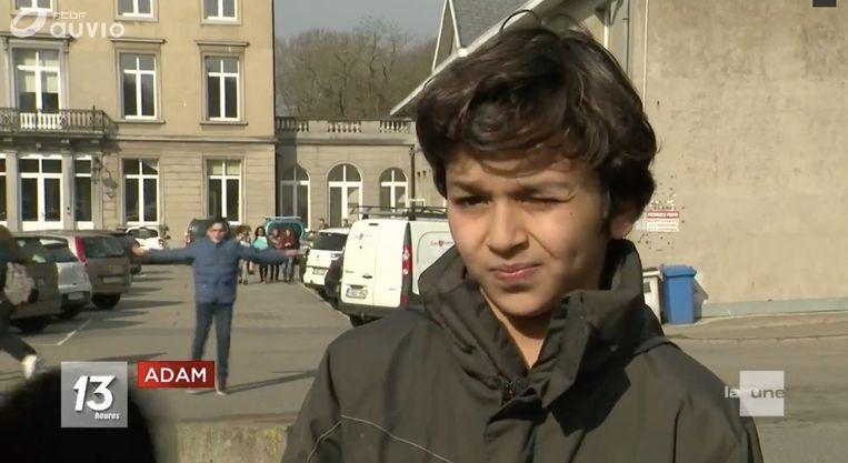 Adam (10) botste tussen het zwerfvuil plots op een handtas.