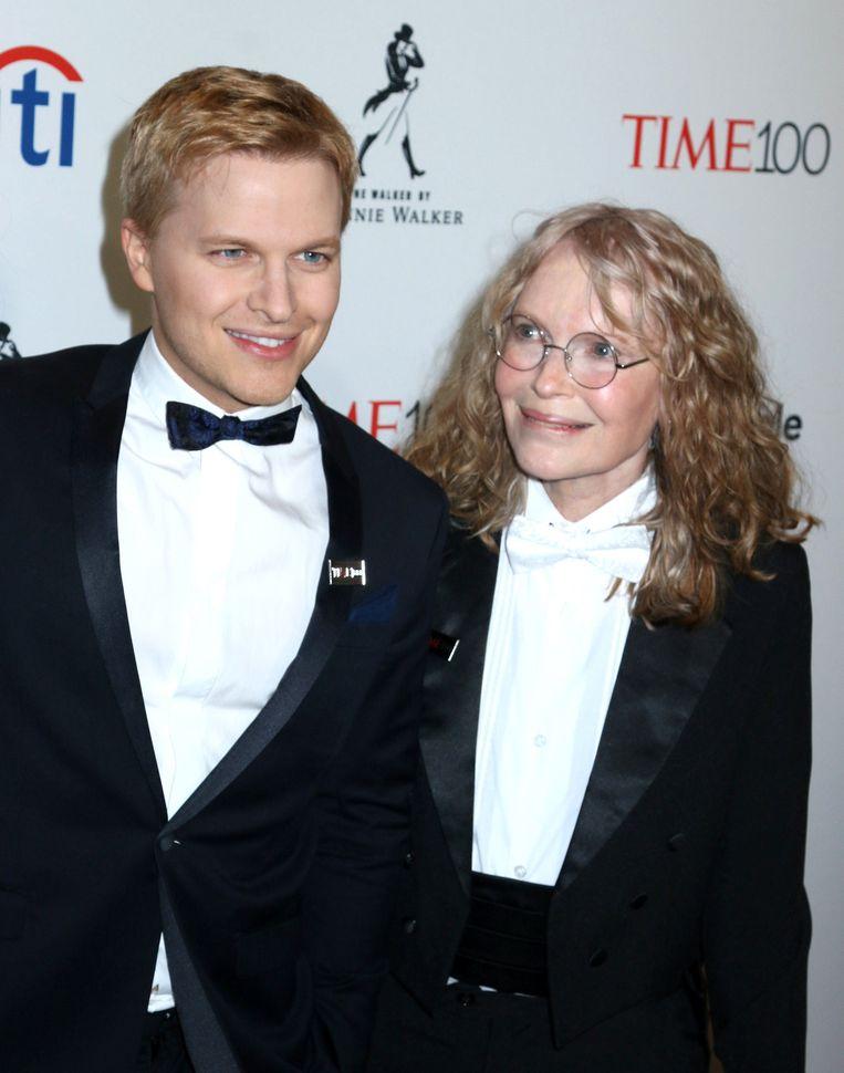 Met zijn moeder Mia Farrow. Beeld Photo News
