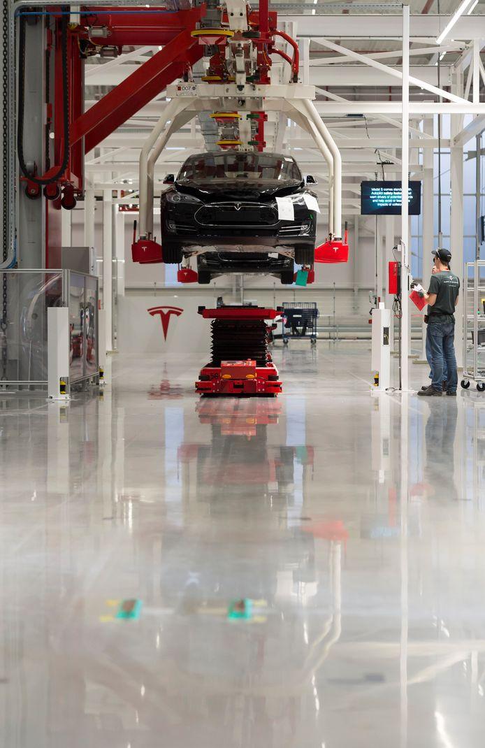 'Een collega van ons verwoordde het onlangs symbolisch doch kernachtig: Tesla's zijn auto's voor rijke mensen.' Foto: de productielijn van Tesla in Tilburg.