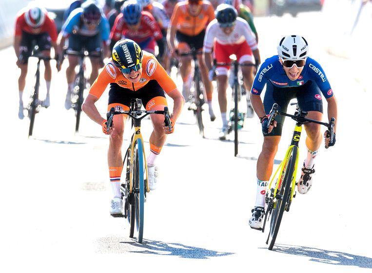 Marianne Vos komt net te kort op de finish op Elisa Balsamo uit Italië. Beeld Klaas Jan van der Weij / de Volkskrant