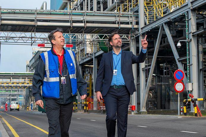 Sabic is dit jaar 50 jaar in Bergen op Zoom gevestigd. Leidinggevende Johan van den Eijnden en site-directeur Rutger Bosch lopen tussen de fabrieken door.
