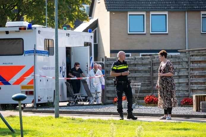 De forensische recherche verricht onderzoek terwijl een agent een praatje maakt met één van de buren, kort nadat een 66-jarige vrouw levenloos in haar huis is gevonden.