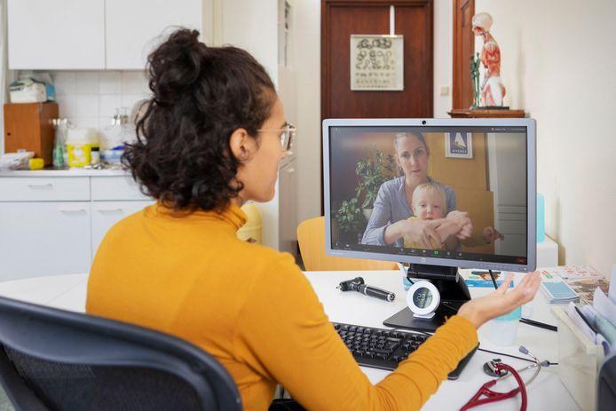Door corona is de digitale zorg in een stroomversnelling geraakt. Artsen hebben veel consulten via video gedaan. Maar volgens de Patiëntenfederatie en Zorgverzekeraars Nederland is er meer op afstand mogelijk.